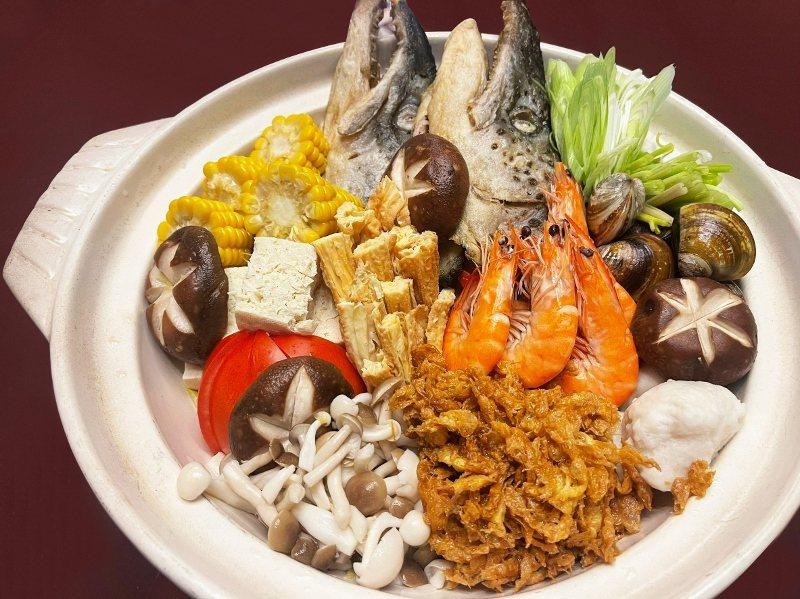 「鮭魚砂鍋魚頭」為濃厚古早味沙茶湯頭,除整顆鮭魚頭外,另提供鮮蝦、蛤蠣、花枝丸、...