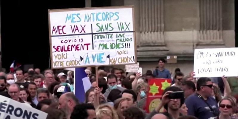 法國總統馬克宏推行的「健康通行證」計畫,嚴格限制未接種疫苗者不得進入餐廳和公共場所,引發部分民眾不滿,近來爆發多起示威。(photo by Reuters影片截圖)