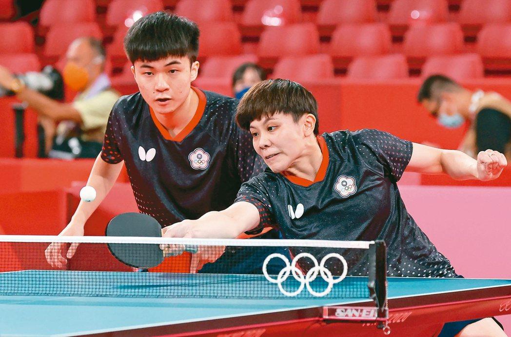 林昀儒(左)與鄭怡靜(右)首戰快速挺進八強戰。特派記者余承翰/東京攝影