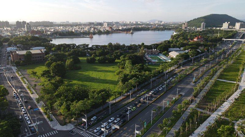 高雄蓮池潭風景區鄰近左營高鐵站,舊左營國中校地恰巧是勝利路(左方馬路)與翠華路(右方馬路)交會處,未來若蓋豪宅,景觀可能被大樓擋住。圖/森林城市協會提供
