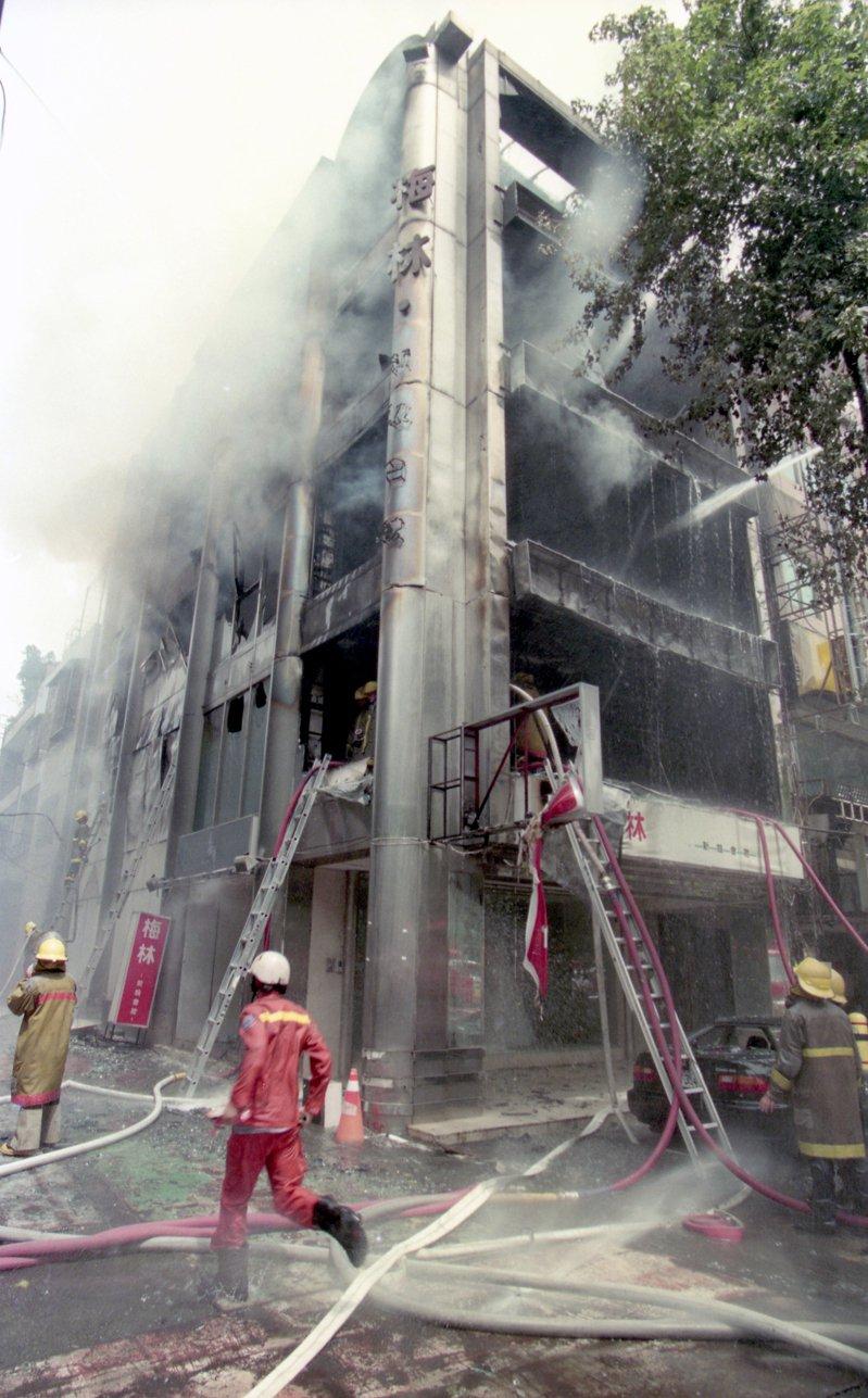 1996年7月25日,台北市中山北路二段「梅林新娘會館」發生火災,消防人員進行救火。圖/聯合報系資料照片