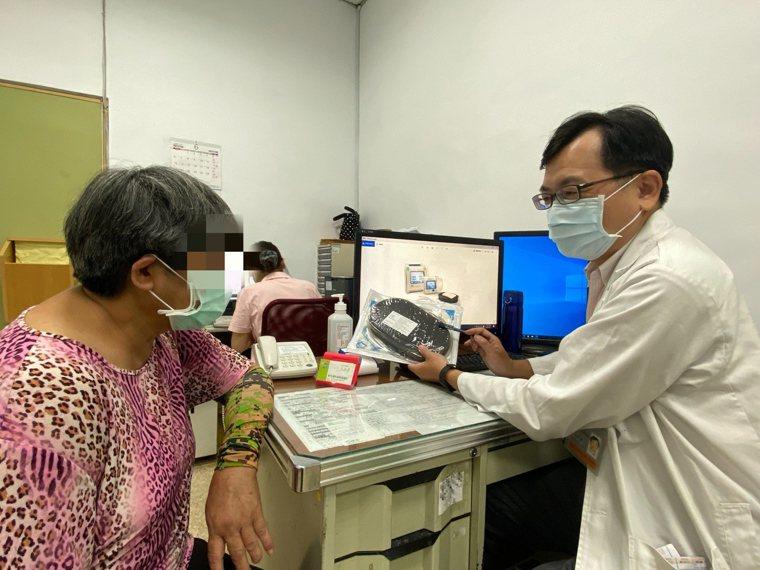 新營醫院外科醫師王心泰向糖尿病婦人說明負壓抽吸輔助治療方式,原有傷口已逐漸癒合。...