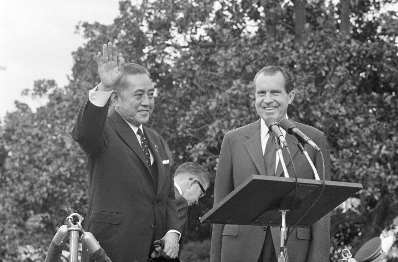 1964年日本風光舉行奧運後,那時的日本首相佐藤榮作(左)私下美方表達日本希望發展核子武器以及修改和平憲法的看法。美聯社