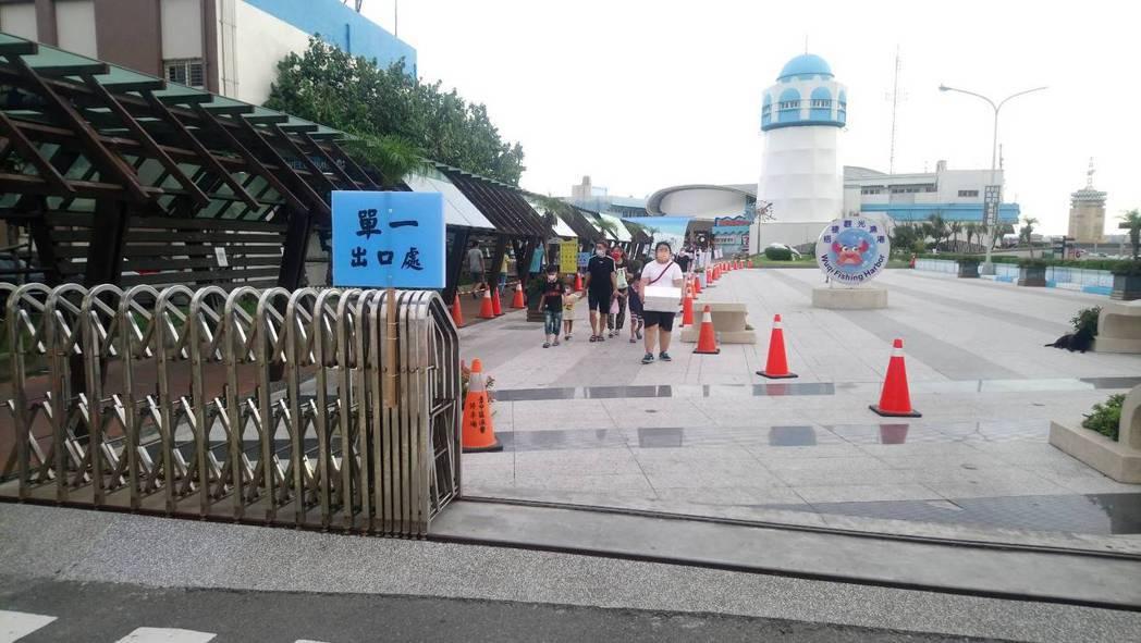 台中市梧棲漁港昨天和今天人車管制。圖/台中市農業局提供
