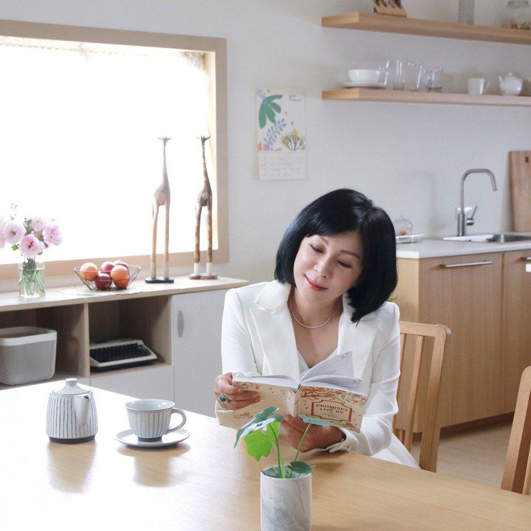 吳淡如最近推出新書「人生實用商學院:誰偷了你的錢?」。圖/摘自吳淡如臉書