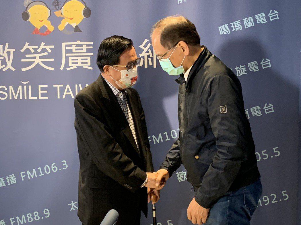 立法院長游錫堃(右)今天上前總統陳水扁(左)的廣播節目暢聊政壇經驗。記者曹亞沿/...