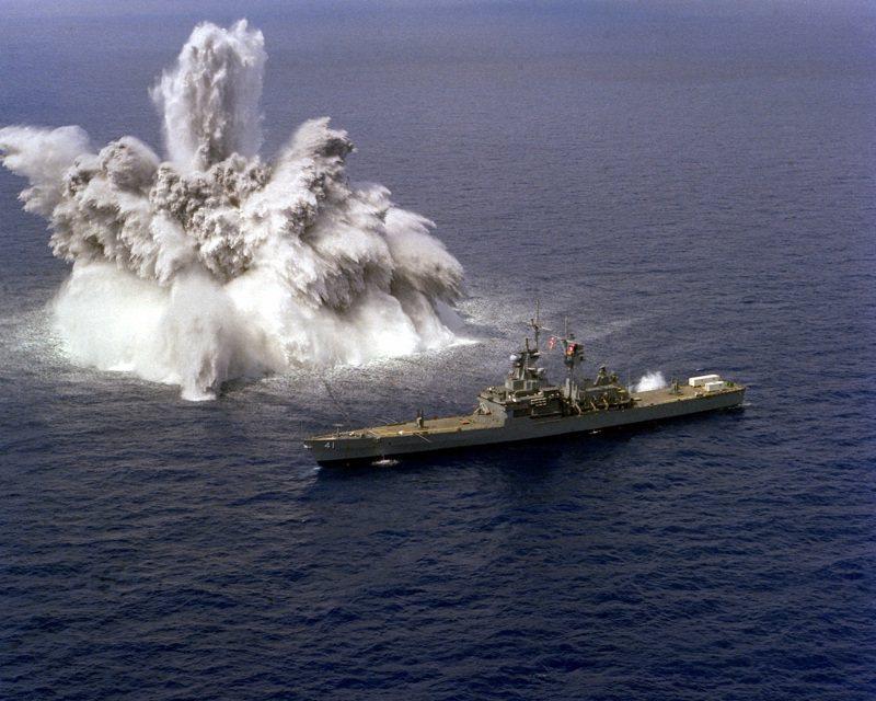 美軍各型軍艦都曾做過全艦衝擊測試。圖為核動力巡洋艦阿肯色號(USS Arkansas)1982年的測試畫面。圖/US Navy/PH1 Toon