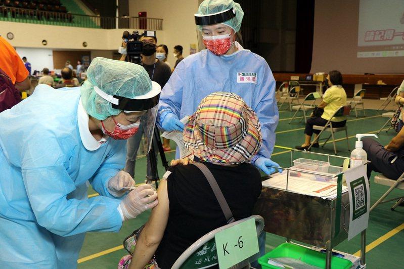 公費疫苗預約平台第3輪收單,指揮中心配發給嘉義市多出3000劑。圖/嘉義市政府提供