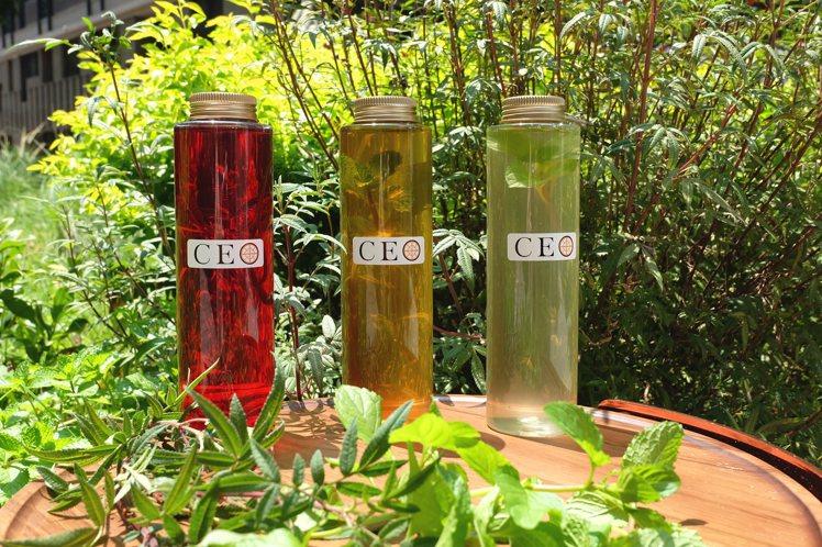 特調香草茶有三款口味,奼紫嫣紅、甜菊橙光、涼夏Menta,每瓶500毫升,單瓶訂...