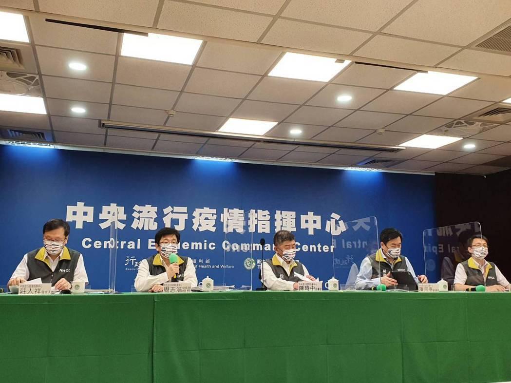 中央流行疫情指揮中心記者會,發言人莊人祥(左起)、疫情監測組組長周志浩、指揮官陳...