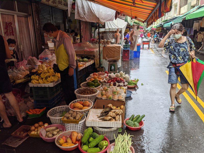 高雄楠梓公有市場自疫情升溫以來,加上相關防疫規定,一天市場入內人數,少則不滿百人。記者陳弘逸/攝影