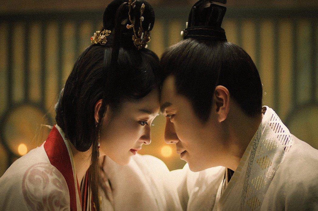 秦昊(右)、李沁主演「錦繡南歌」,劇中狂冒粉紅泡泡。圖/中天娛樂台提供