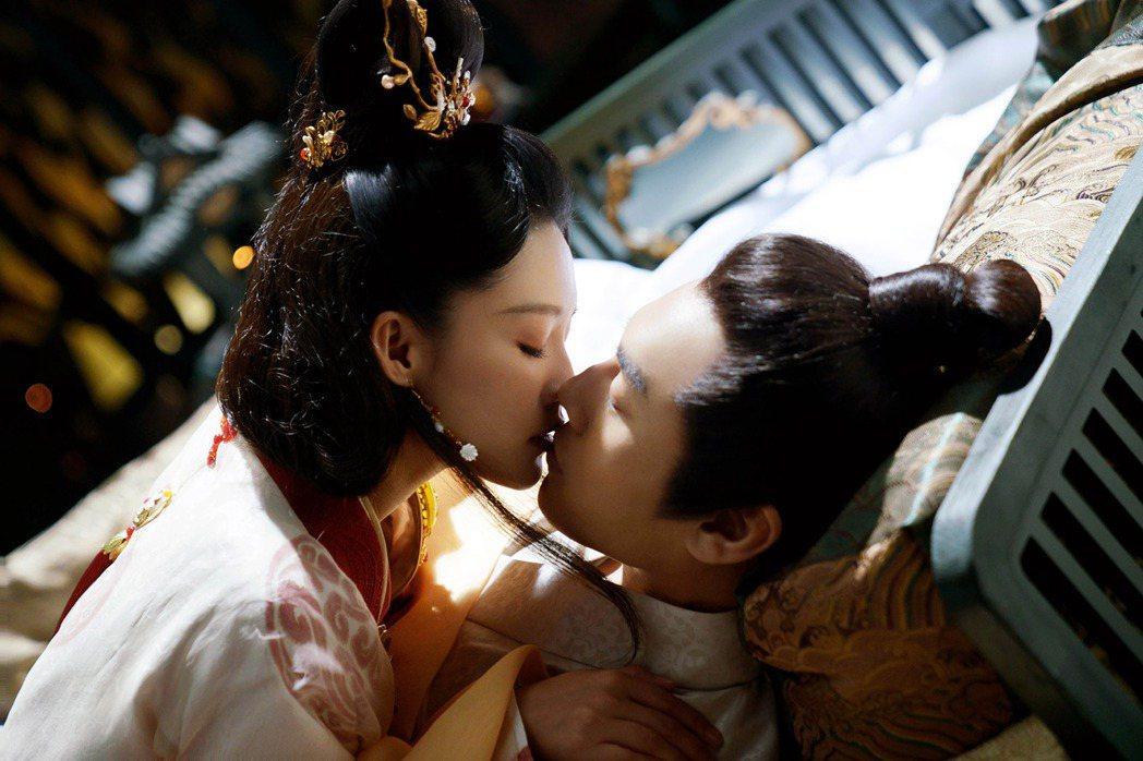 李沁(左)與秦昊在「錦繡南歌」有「以口餵藥」橋段。圖/中天娛樂台提供