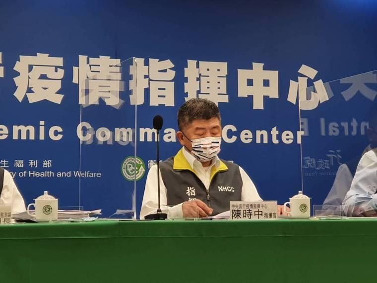 中央流行疫情指揮中心指揮官陳時中今配戴奧運紀念口罩出席疫情記者會。記者楊雅棠/攝...