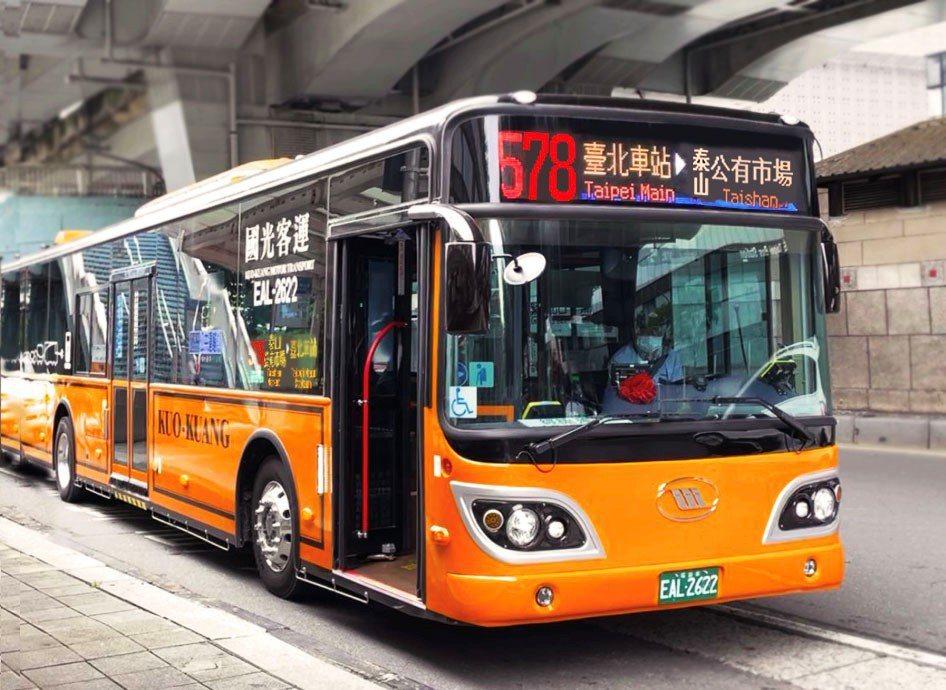 國光客運將於明日將11輛578路線公車全面汰換成「抗疫2.0」電動公車,提供民眾...