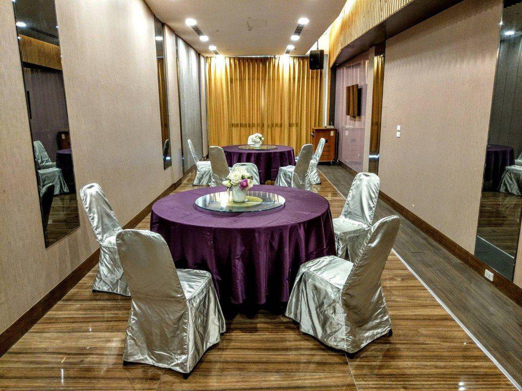 雖然7月27日開放餐廳內用,屏東市水月囍樓餐廳,一桌5人梅花座,不推合菜,改提供...
