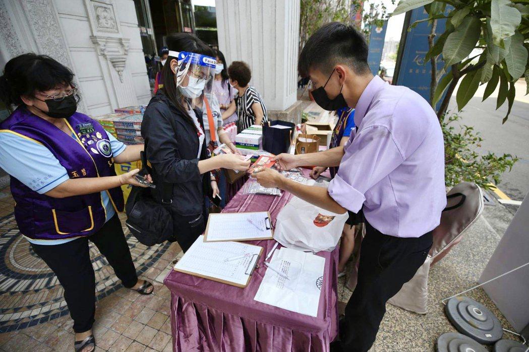 東區店踴躍捐血的民眾,可望為血庫挹注不錯的血量。新天地提供