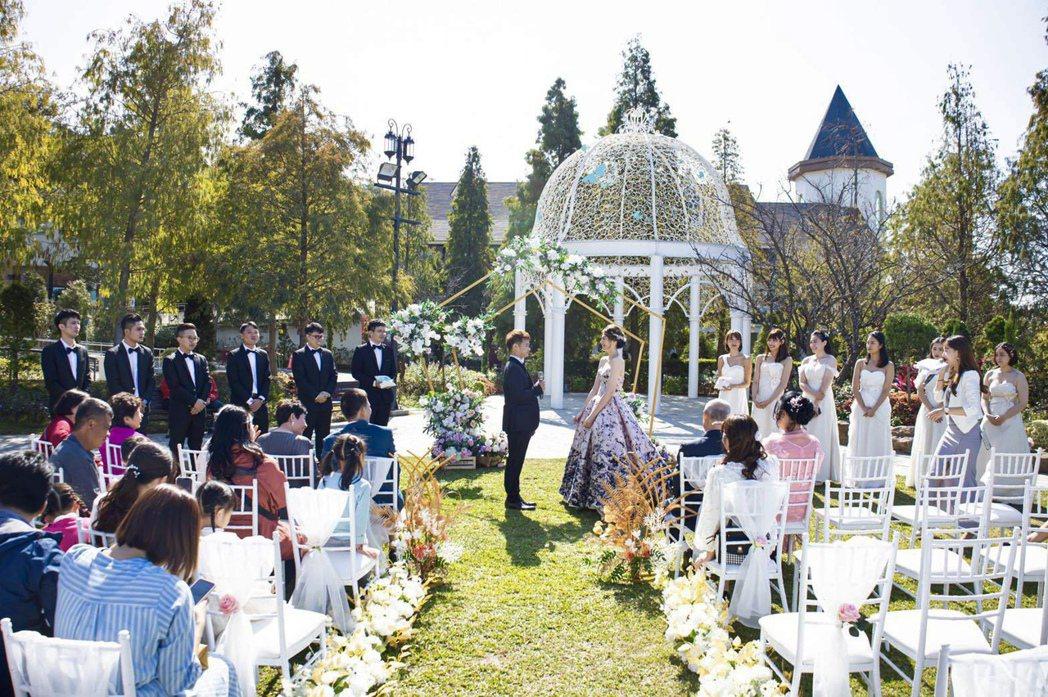 彰化高爾夫球場旁的新天地「唯愛庭園」,吸引不少新人在此舉辦戶外婚禮。新天地提供