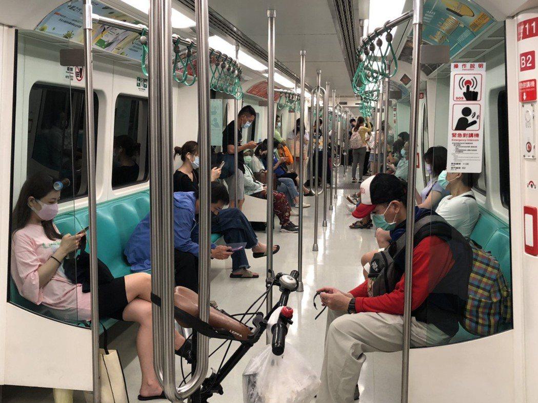 高雄捷運今天搭車人數變多,車廂不再像以往冷清。記者王慧瑛/攝影