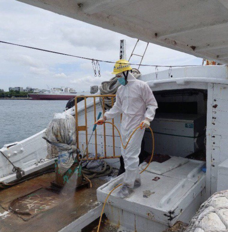 海巡署19日深夜在台南西安外海30浬處,查獲屏東籍祥安號漁船涉嫌走私外籍移工。本...