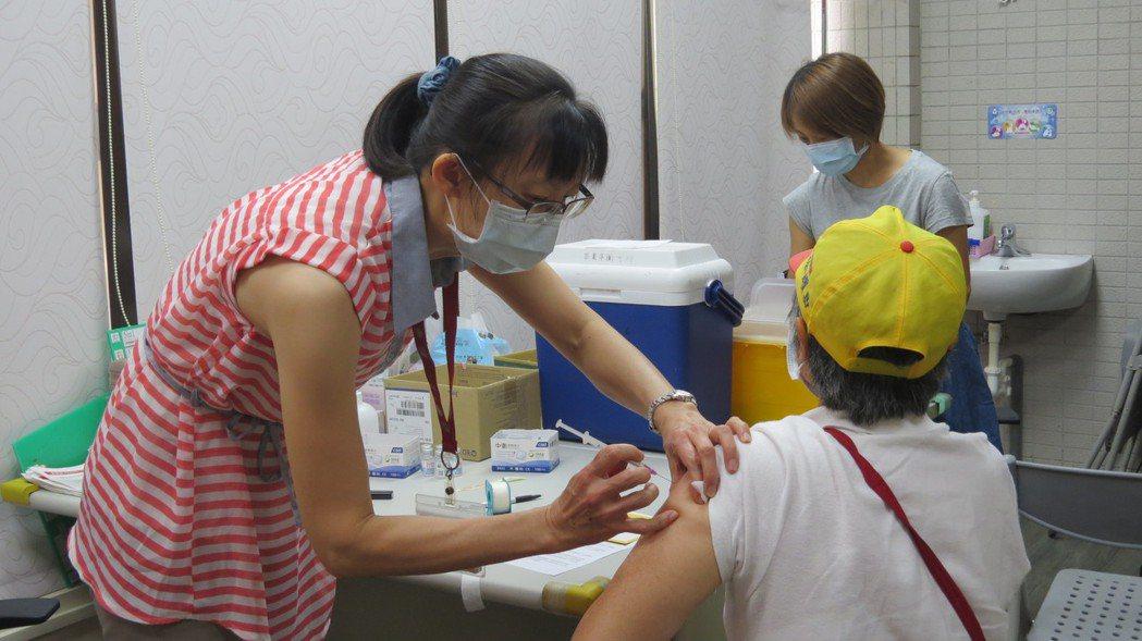 苗栗縣到昨天累計接種11萬8493人次,18歲以上人口疫苗覆蓋率25.7%,提前...