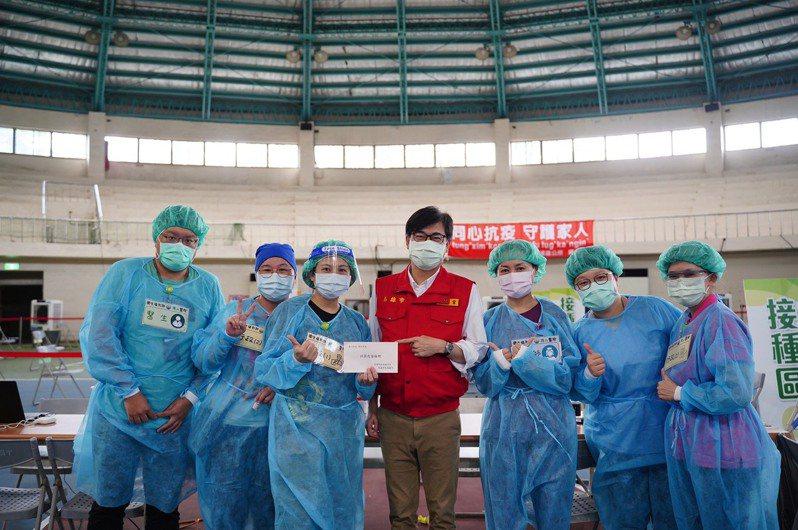 高雄市長陳其邁(中)說,高雄疫苗覆蓋率目前約28%,國中教師、補教人員預計7月底打完疫苗,高中老師預計安排在8月。圖/高雄市政府提供