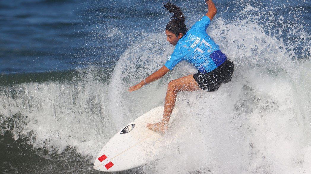 秘魯衝浪選手羅薩斯25日在日本千葉縣釣崎海岸參加東京奧運賽事。(路透)