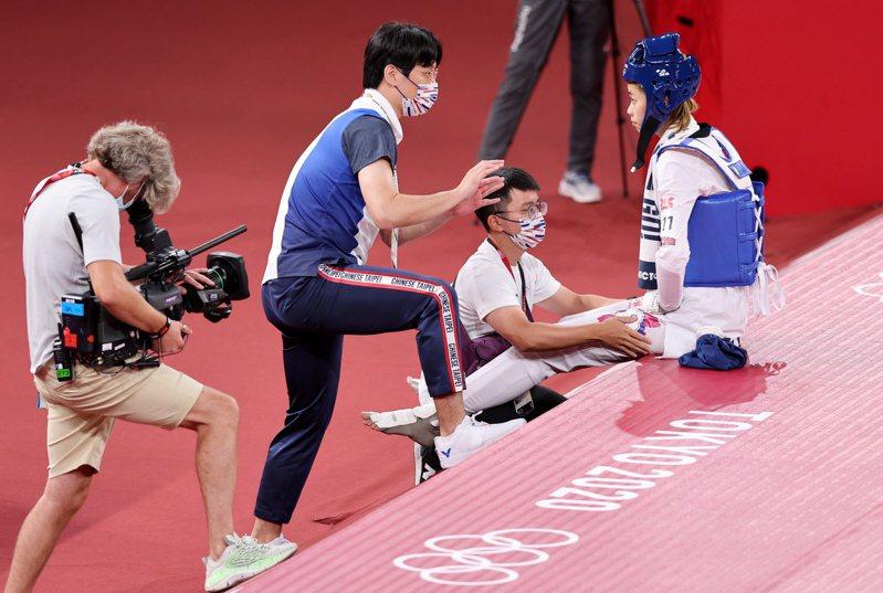 中華跆拳道隊小將羅嘉翎(右)由韓籍教練李泰相臨場指導。特派記者余承翰/東京攝影