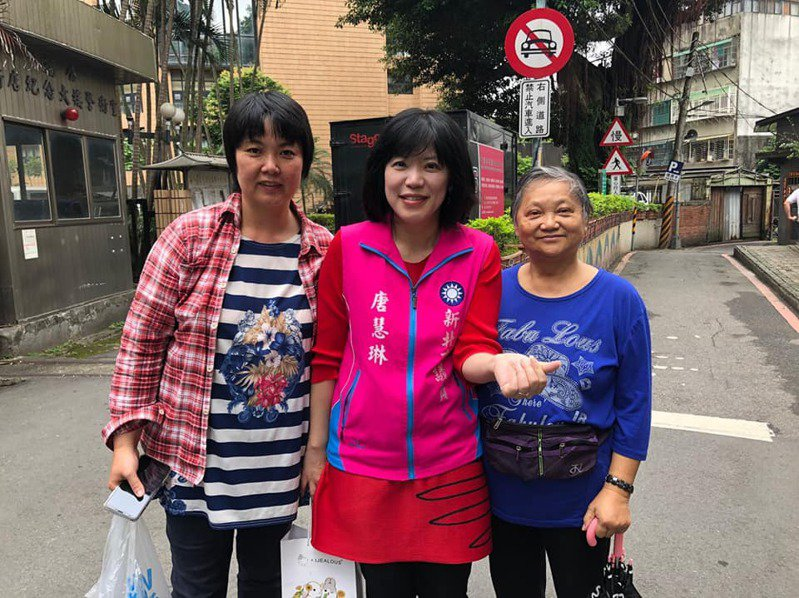 唐慧琳(中)當選後勤跑基層,受到選民支持,病逝消息一出,讓鄉親們都相當難過。圖/擷至唐慧琳臉書