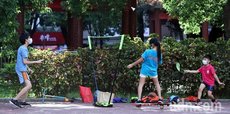 中颱烟花遠颺,今起受西南風影響,北部、東半部地區高溫炎熱,放暑假的孩童在公園打球嬉戲。記者侯永全/攝影