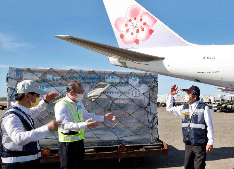 我國自購的莫德納疫苗本月十五由華航貨機運抵台灣,衛福部長陳時中(右)前往接機。圖/本報資料照片