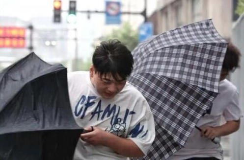 煙花颱風將在上海二次登陸,陣風可達十二級,上海市政府要求民眾待在家裡,滅少外出,不要去江邊海邊。(網易新聞)