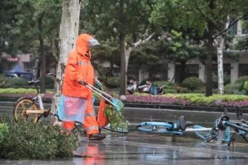 上海市政府24日晚和25日上午,已緊急轉移卅三萬人,高鐵列車全部停運,外灘江堤區...