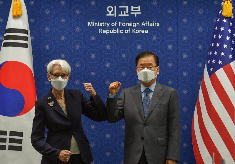 美國副國務卿雪蔓(左)本周一將與中國大陸外交部長王毅會面,商討美中關係以及為兩國領袖的第二次峰會的準備事項。圖為薛曼22日在首爾拜訪南韓外長鄭義溶(右)。歐新社