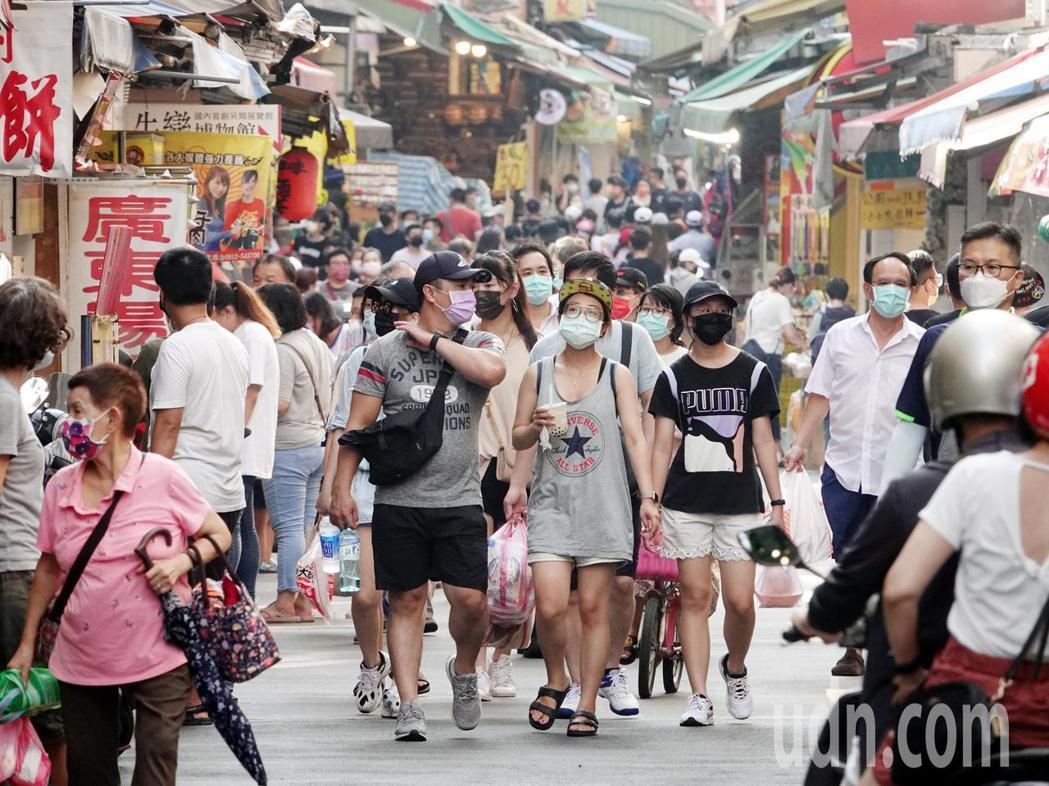 新冠肺炎本土疫情趨緩,全台灣疫情警戒將自27日起將降至第二級,進入「降級不解封」...