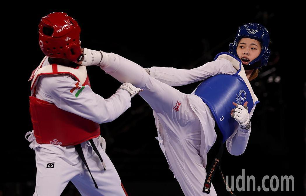 我國19歲跆拳道女將羅嘉翎(右)今天在東京奧運女子57公斤級銅牌戰勝出,為中華代...