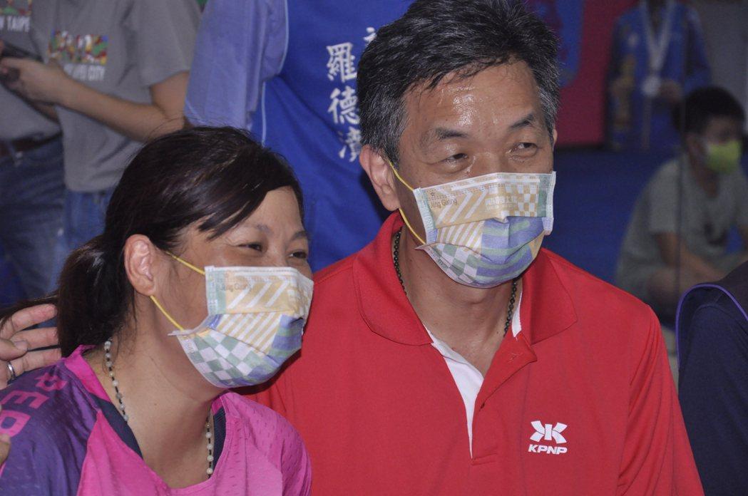 羅媽媽(左)與羅爸爸(右)沒有在女兒最困難時叫她放棄,才成功熬出奧運銅牌。記者張...