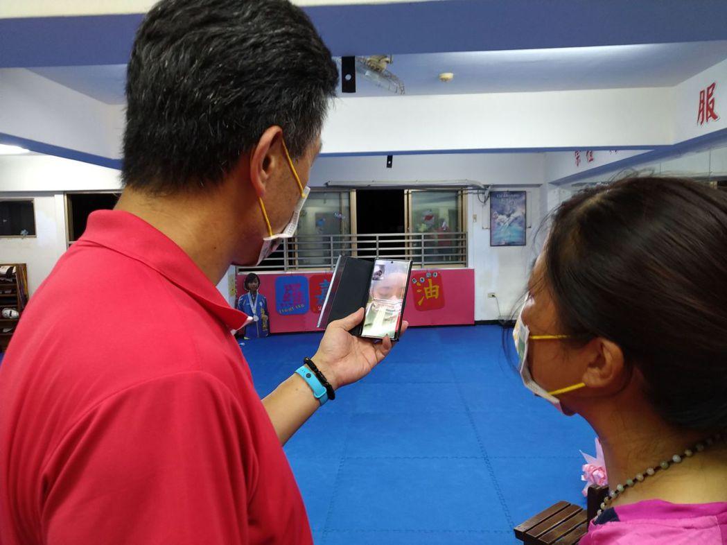 羅嘉翎拿到銅牌後特地打電話跟父母視訊傳達好消息。記者張哲郢/攝影