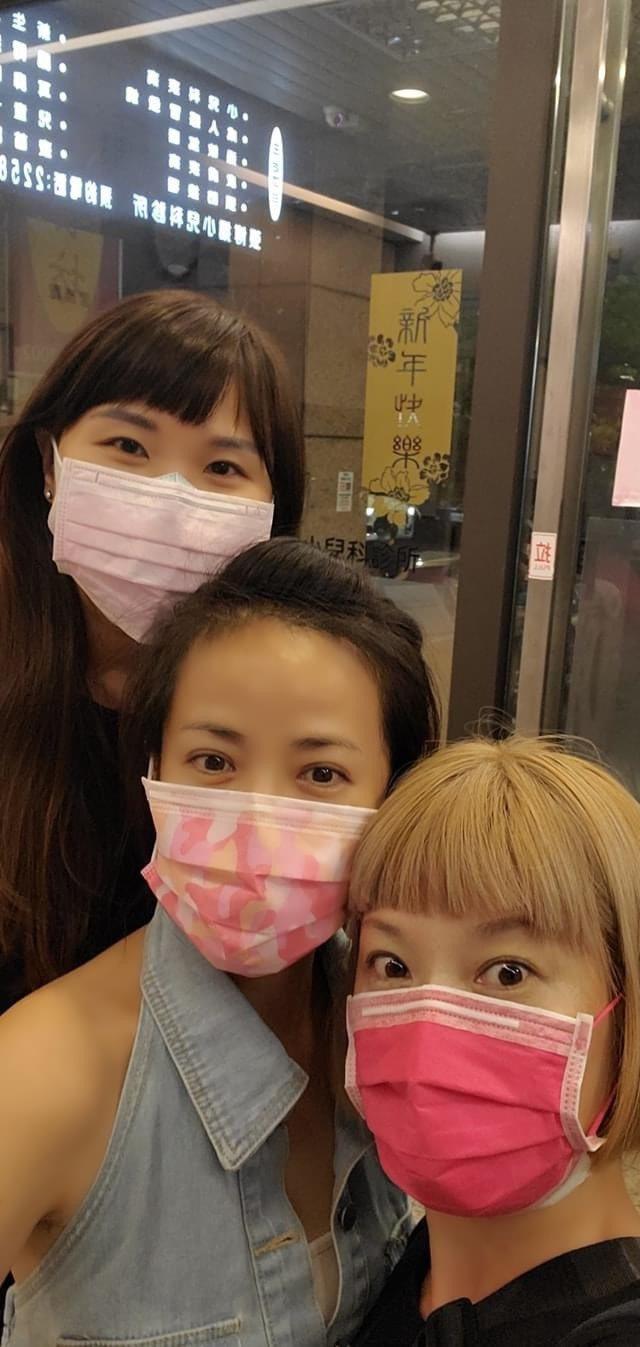 陳仙梅(中)打過疫苗後,兩閨蜜陪伴。圖/摘自臉書