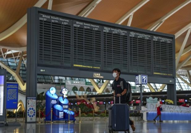 受風暴影響,上海浦東機場25日所有航班都取消。(美聯社)