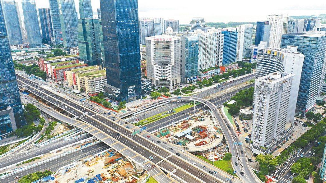 深圳二手房跌價15%後,打房政策再加碼。圖為深圳市區。 中新社