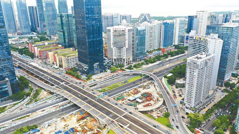 深圳二手房跌價15%後,打房政策再加碼。圖為深圳市區。(中新社)