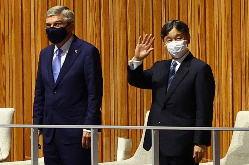「舉辦都市合約」讓國際奧會獨享取消奧運權,若日本取消東奧將面臨賠償。圖為國際奧會主席巴赫(左)和日皇德仁(右)23日出席開幕式。路透