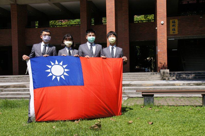 吳家愷(左起)、杞亮昀、林威辰、林宗毅代表我國參加第卅二屆生物奧林匹亞競賽,全都奪金。圖/教育部提供