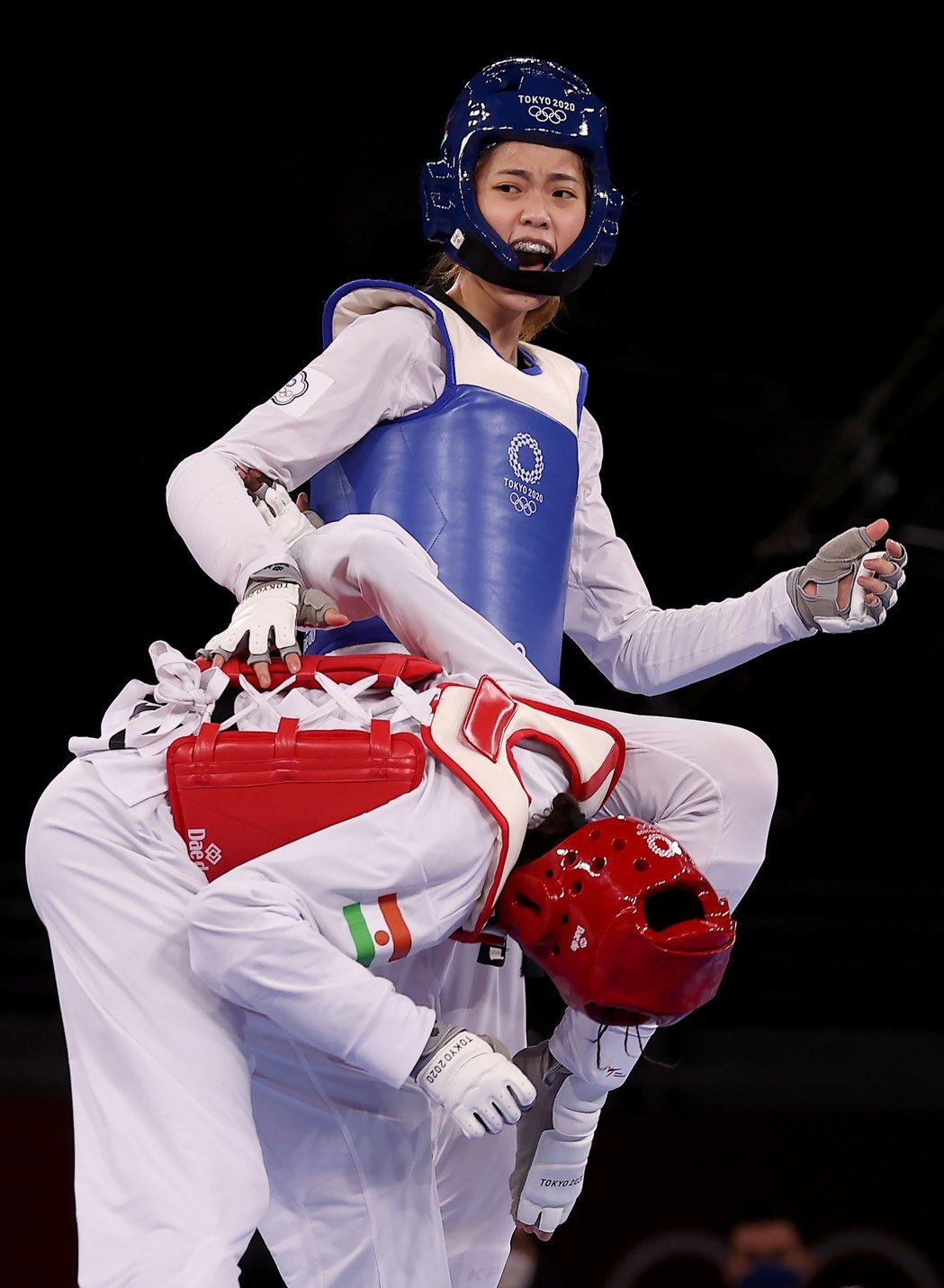 羅嘉翎(後)在東京奧運銅牌戰中擊敗尼日選手。 本報系特派記者余承翰/攝影