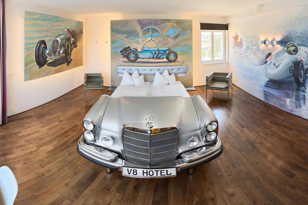 The Mercedes Suite豪華主題房。 摘自CarBuzz.com