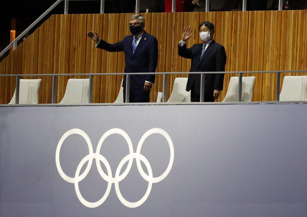 國際奧會主席巴赫(Bach,左)與日本天皇德仁(右)揮手致意。 圖/路透社
