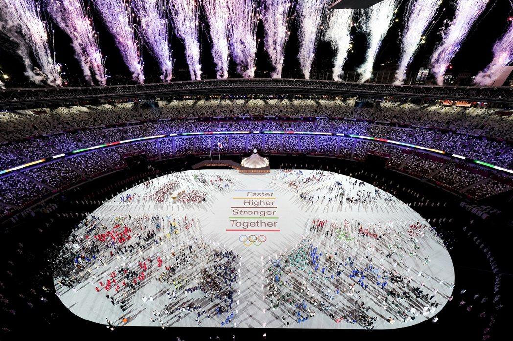 主場館東京國立競技場煙火四射,世界各地運動員齊聚一堂。 圖/美聯社