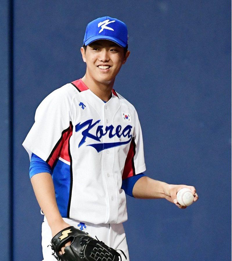 韓國許多球迷認為擊敗日本,比在奧運拿金牌更重要,並點名新生代王牌左投李義理,能讓日本再度體會「韓國棒球恐懼症」。圖擷取自twitter