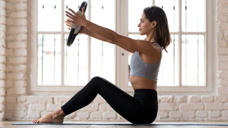 影片中9個動作教你利用瑜珈環按摩舒緩、伸展拉筋, 不僅可以開胸、美背,還能緊實手臂線條。圖/Canva